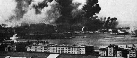 Un'immagine del bombardamento di Trieste del 10 giugno 1944
