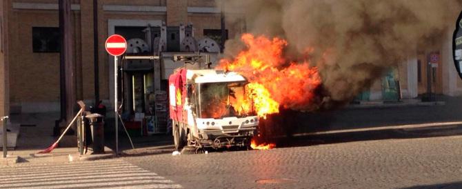 Paura a Roma, un mezzo dell'Ama va a fuoco vicino piazza San Pietro
