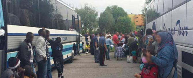 """Il bus si ferma, i profughi """"invadono"""" Jesolo. La gente: «Basta migranti»"""