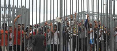 """Gli immigrati? «Metteteli in carcere»: la """"soluzione"""" Ue per l'Italia"""