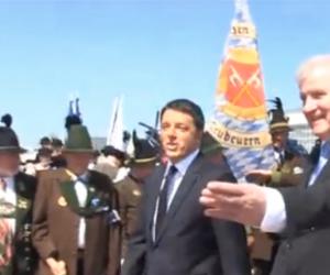 """G7: beffa per Renzi, accolto a Monaco sulle note di """"Azzurro"""" (video)."""