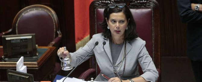 La Boldrini processata sul web: «Se prendiamo la scabbia, ti citiamo per danni»