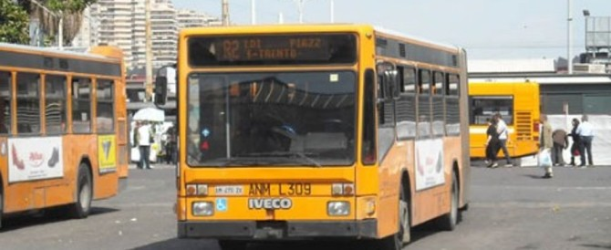 Roma, bengalese aggredisce l'autista di un bus: «Fermati voglio scendere»