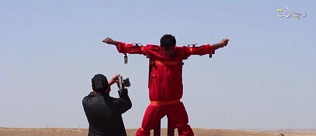"""Nuovo video """"horror"""" dell'Isis: crocifisso prima dell'amputazione degli arti"""