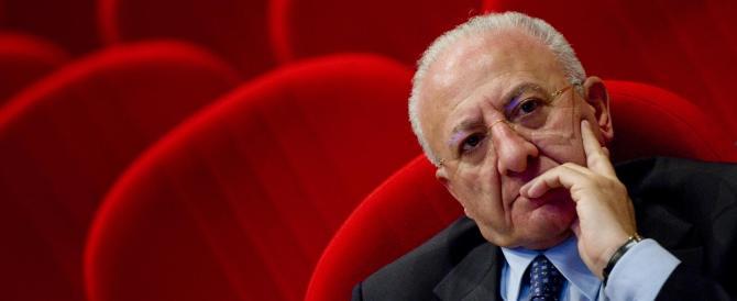 De Luca è sicuro: «La camorra paga i rom per bruciare i rifiuti»