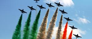 4 novembre, palazzi ricoperti dal tricolore per la giornata delle Forze Armate