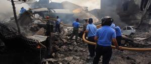 Indonesia, aereo militare precipita sulla città: oltre cento i morti