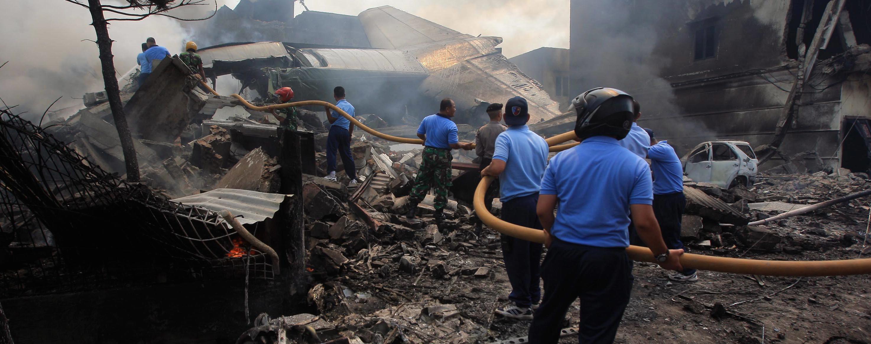 Si lavora sul luogo dell'incidente aereo di Medan