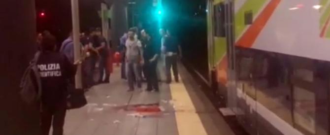 """Capotreno chiede i biglietti, due """"latinos"""" gli staccano un braccio col machete"""