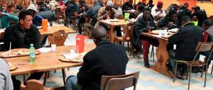Migranti in protesta: il cibo servito non è di loro gradimento…
