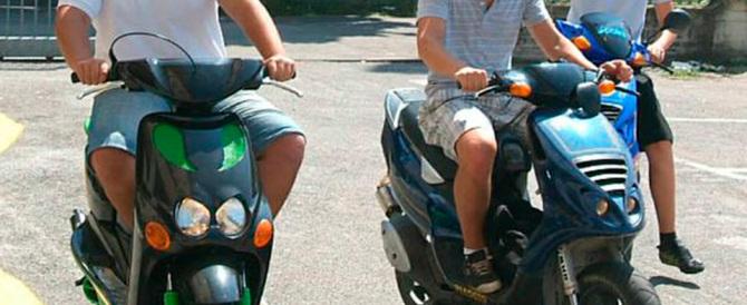 Napoli, a bordo degli scooter aggrediscono tre giovani a coltellate
