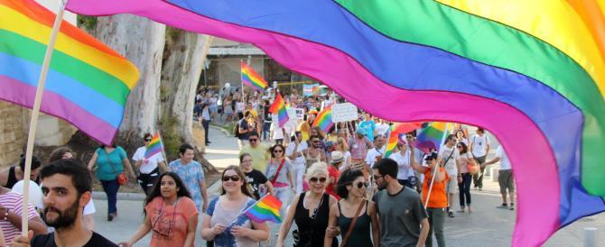«Si devono bruciare gli omosessuali?»: l'omofobia finisce in prima pagina