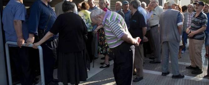 Grecia, i più colpiti sono gli anziani: pochi contanti e pensioni pagate a metà