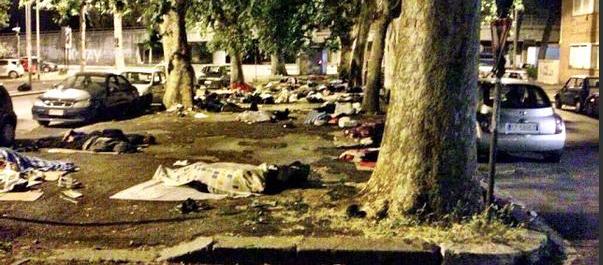 """Dai barconi a """"barboni"""": la vergogna dei 500 profughi alla Stazione Tiburtina"""