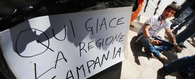 """Tutti contro De Luca, i cittadini in piazza: """"Vattene subito a casa"""""""