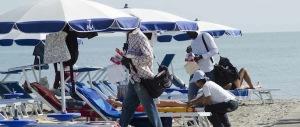L'umiliazione dei poliziotti in spiaggia: di pattuglia con le divise invernali