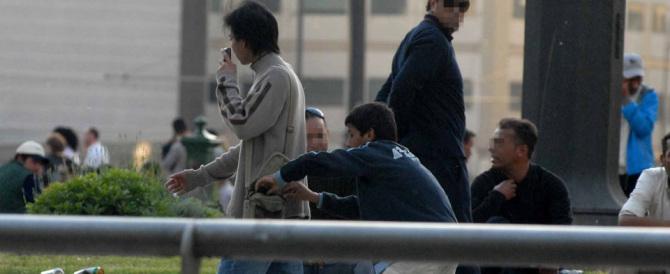 Tre romene fanno lo shampoo e il bucato in pieno centro a Firenze