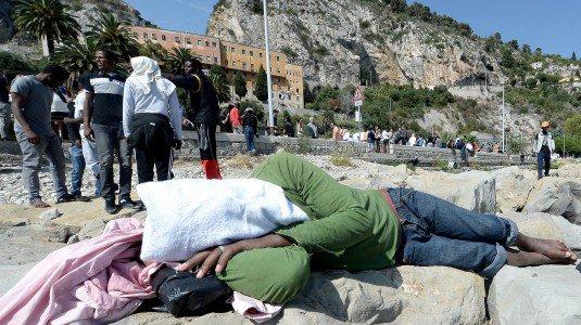 Scontri al presidio di Ventimiglia: battaglia tra profughi e polizia
