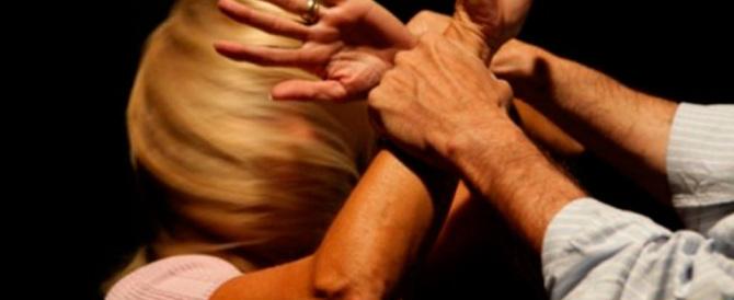 Botte alla fidanzata italiana incinta al grido di «è mia»: arrestato tunisino