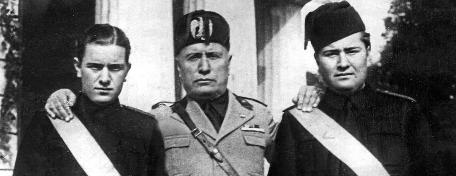Mussolini con i suoi figli Bruno (alla sua destra) e VIttorio