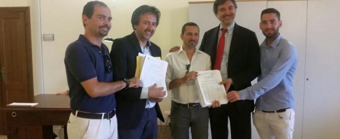 FdI consegna a Marino migliaia di firme per chiudere i campi rom