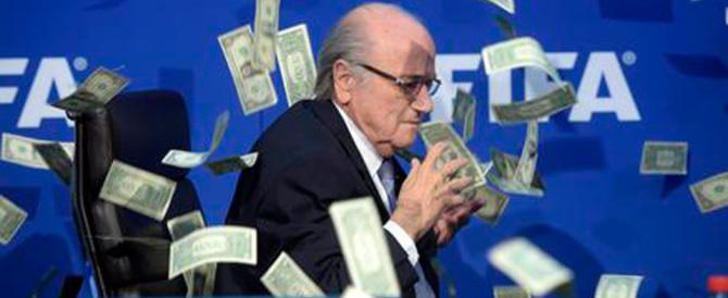 Piovono dollari su Blatter: l'ultima contestazione all'ex padrone della Fifa
