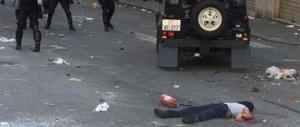 La polizia in piazza Alimonda raccoglie firme per togliere la lapide di Giuliani