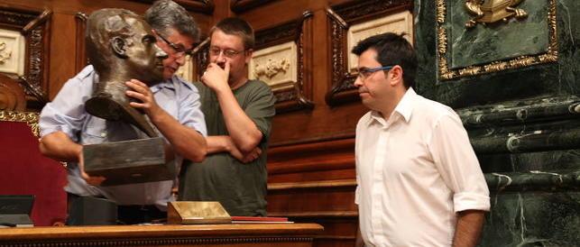 Bufera sulla giunta di sinistra di Barcellona: via il busto di Juan Carlos