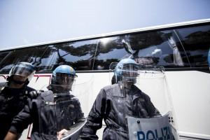 Immigrazione: Roma, bottiglie contro pullman migrant