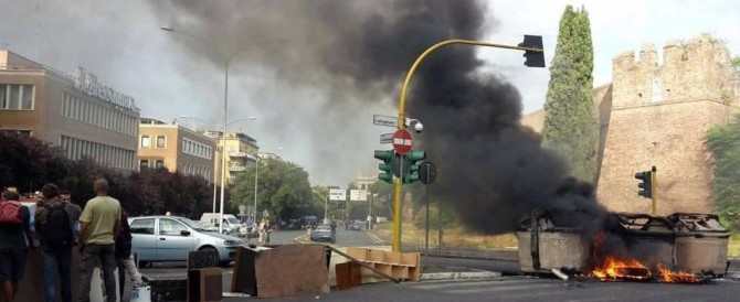 Cassonetti in fiamme e tangenziale bloccata: Action scatenata a Roma