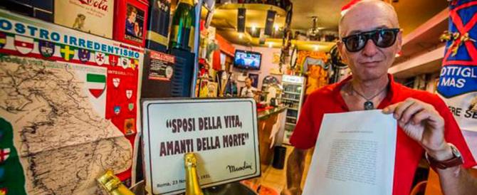"""Il vigliacco blitz dei """"rossi"""": sputi e insulti nel bar con i cimeli del Duce"""