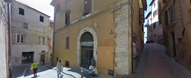 Perugia, giovane americana ubriaca precipita da una finestra: è grave