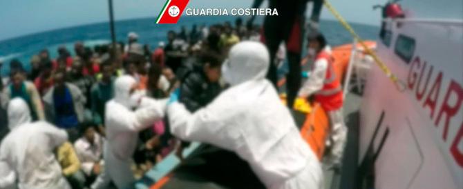 Sbarchi, a Palermo nave con 717 migranti e 12 salme