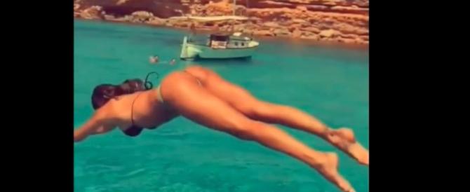Belen festeggia i 4 milioni di follower con un tuffo (Video)