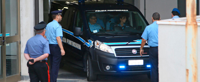 Omicidio Yara, prima udienza: Bossetti nella gabbia è nervoso