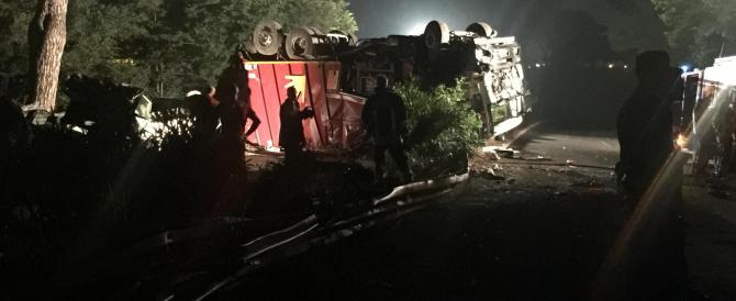 Tragedia a Roma: camion dei rifiuti si ribalta, un morto e quattro feriti
