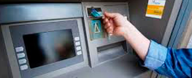 Un gesto d'altri tempi: trova 600 euro a un bancomat e li consegna alla GdF