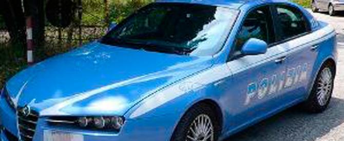 Bimbo in auto, lasciato solo sotto il sole: la polizia interviene e lo salva