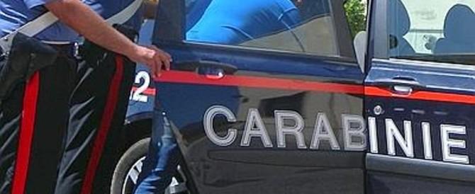 Fugge e si schianta su un bus: arrestato un rumeno. Nascondeva foto pedofile