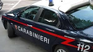 Chiude in auto la moglie che non voleva essere lasciata: arrestato