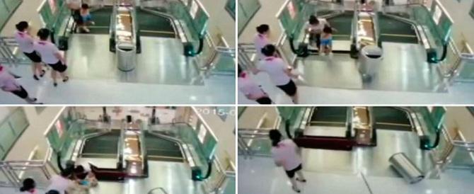 Cina: donna muore stritolata da una scala mobile, ma salva il figlio (video)