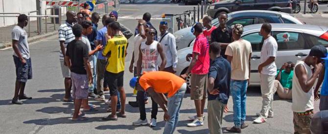 Immigrati protestano per il vitto e l'alloggio. Si aspettavano l'hotel?