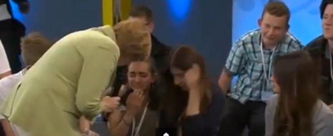 La Merkel fa piangere una bimba palestinese: «Non potete venire tutti» (video)