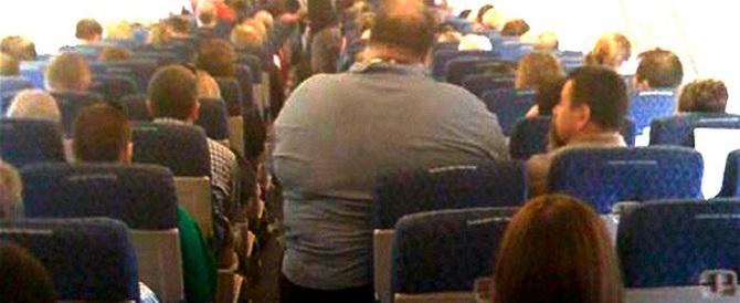 Australia: seduto accanto ad obeso che tossisce fa causa a Etihad