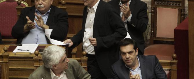 Grecia: passa in Parlamento il piano Ue, ma in piazza esplode la protesta