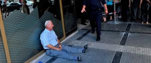 Il pensionato greco in lacrime davanti alla banca: un australiano lo aiuterà