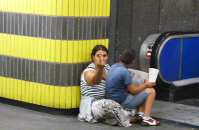 Sventa borseggio, vigilante della metro pestato da una banda di Rom