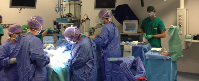 Col cellulare in sala operatoria. È uno dei primi rischi subiti dai pazienti
