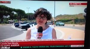 In diretta sotto il sole bollente di Roma, giornalista di Sky sviene (video)