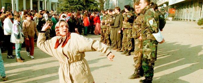 Srebrenica, il passato che non passa: il premier serbo preso a sassate